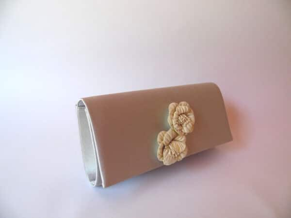 clutch gris flores scaled