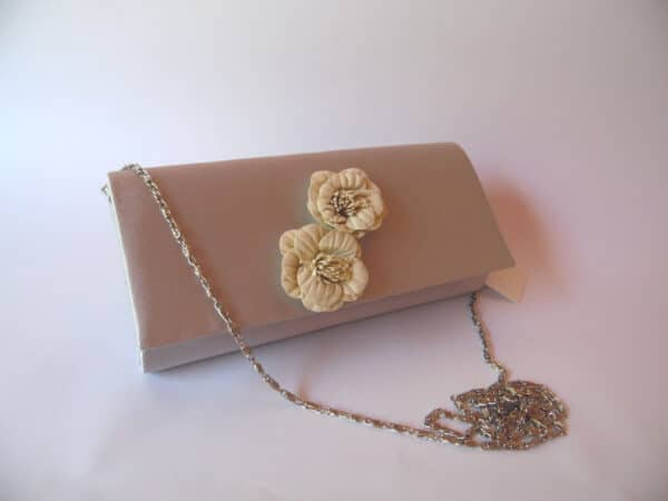 clutch gris flores. scaled
