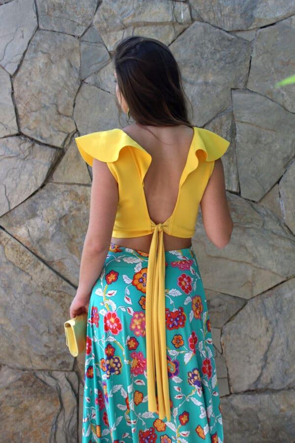 crop vuelos amarillo espalda